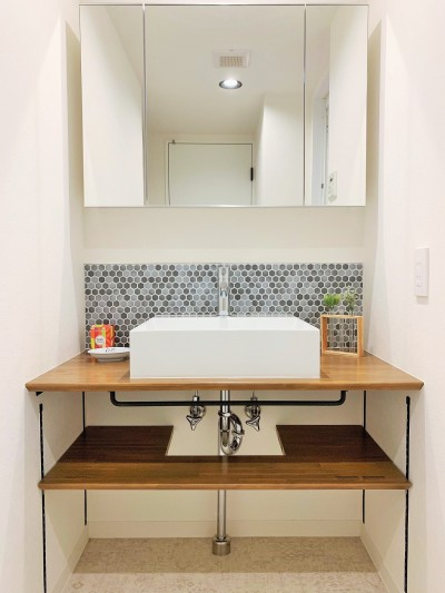 洗面室 (モルタル仕上げの壁がアクセント)