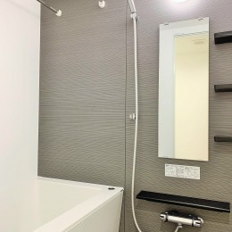 モルタル仕上げの壁がアクセント (浴室)