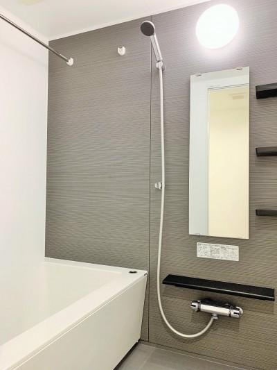 浴室 (モルタル仕上げの壁がアクセント)