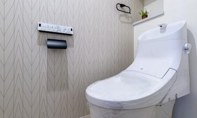 モルタル仕上げの壁がアクセント (トイレ)