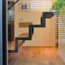 埼玉県北鴻巣の家の写真 中庭から階段を見る