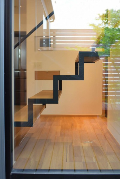 中庭から階段を見る (埼玉県北鴻巣の家)