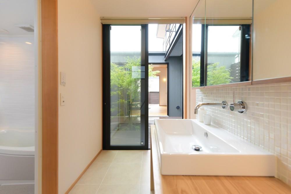 埼玉県北鴻巣の家 (中庭につながる洗面所)