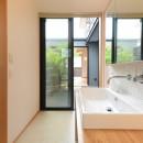 埼玉県北鴻巣の家の写真 中庭につながる洗面所