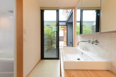 中庭につながる洗面所 (埼玉県北鴻巣の家)