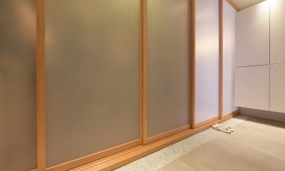 習志野市Fさんの家 (共用廊下の間に設けたバッファーゾーンの玄関土間)