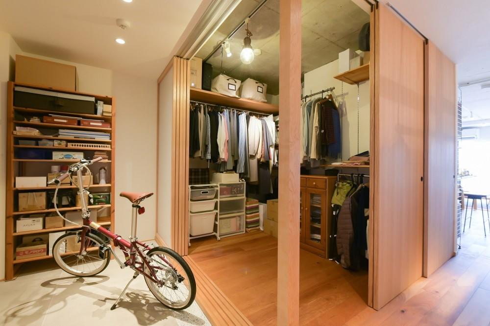 習志野市Fさんの家 (玄関の引き戸をすべて引き込むと収納が大きく開きます)
