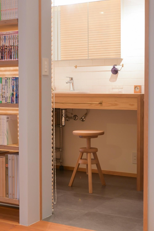 習志野市Fさんの家 (本棚で仕切られた洗面スペース)