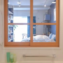 習志野市Fさんの家 (浴室に設けた室内窓から光が入る)