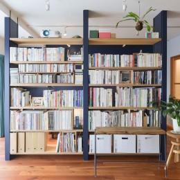 習志野市Fさんの家 (リビングとベットルームを本棚で仕切る)