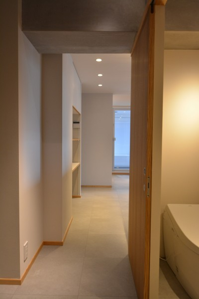 玄関からの裏動線でトイレ、キッチンへ (調布市のWさんの家)