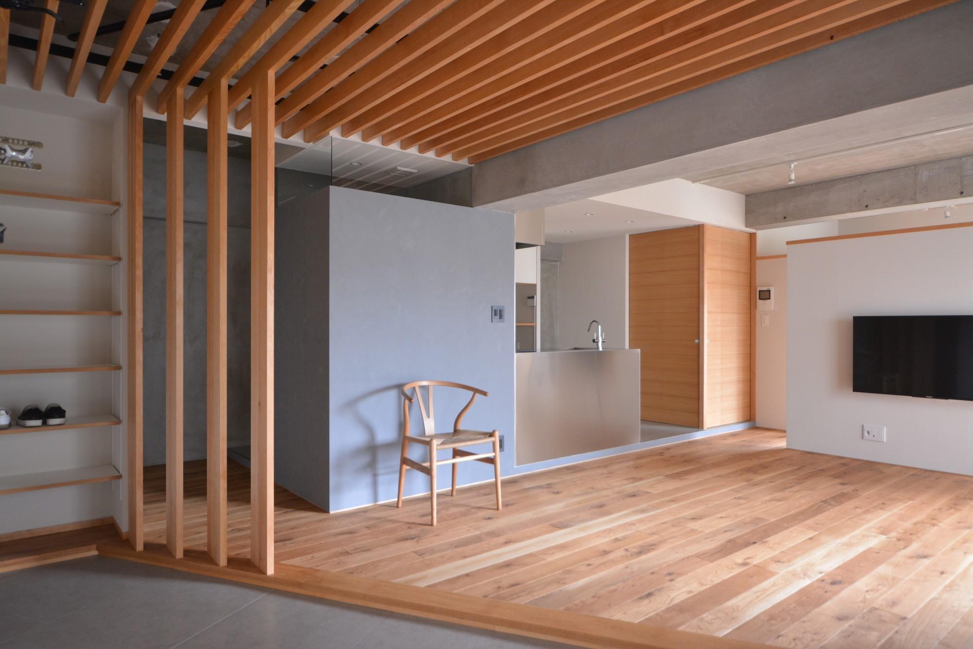 リビングダイニング事例:壁際に水回りが並ぶ。グレーの箱はトイレ。奥の木目の箱は洗面室とバスルーム。(調布市のWさんの家)