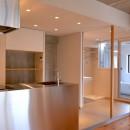 調布市のWさんの家の写真 引き戸を開けるとキッチンと洗面室が伸びやかにつながります。