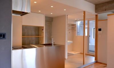 調布市のWさんの家 (引き戸を開けるとキッチンと洗面室が伸びやかにつながります。)