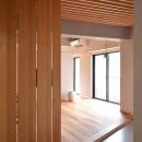 調布市のWさんの家の写真 玄関ドアを開けて中に入ると木製のルーバーが縦に並んでいます