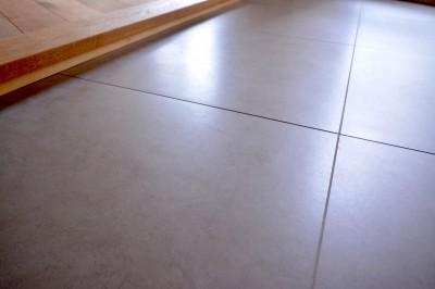 土間は大きな600角のタイルで平滑で掃除がしやすいものを選びました (調布市のWさんの家)