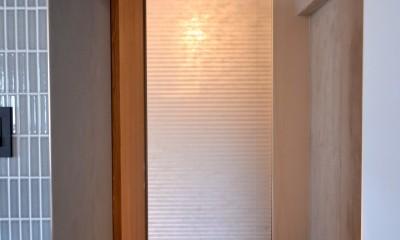 調布市のWさんの家 (納戸はプリーツスクリーンで閉じていて、その奥の照明をつけると光壁の間接照明になります。)