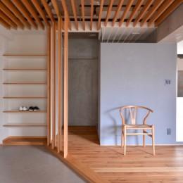 調布市のWさんの家 (裏動線には納戸とトイレの入り口があり、キッチンまでつながっています。)