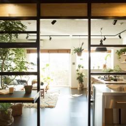 AM6-キッチンスペース(室内設定)よりリビングスペース(戸外設定)を見る。