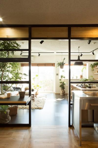 AM6 (キッチンスペース(室内設定)よりリビングスペース(戸外設定)を見る。)