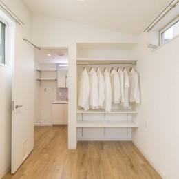 猫と住む、オープンクローゼットのある、プライバシーが確保された寝室 (猫と一緒に住む、都心の中庭のある「猫の集合住宅」)