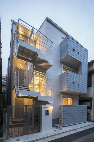 ホワイト&グレー、猫と住む集合住宅外観 (猫と一緒に住む、都心の中庭のある「猫の集合住宅」)