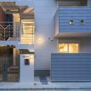 猫と一緒に住む、都心の中庭のある「猫の集合住宅」の写真 オートロックのついた、エントランスの外観