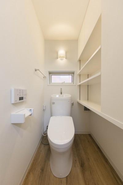 トイレは猫も人も一緒・猫トイレ置場のある収納たっぷりトイレ (猫と一緒に住む、都心の中庭のある「猫の集合住宅」)