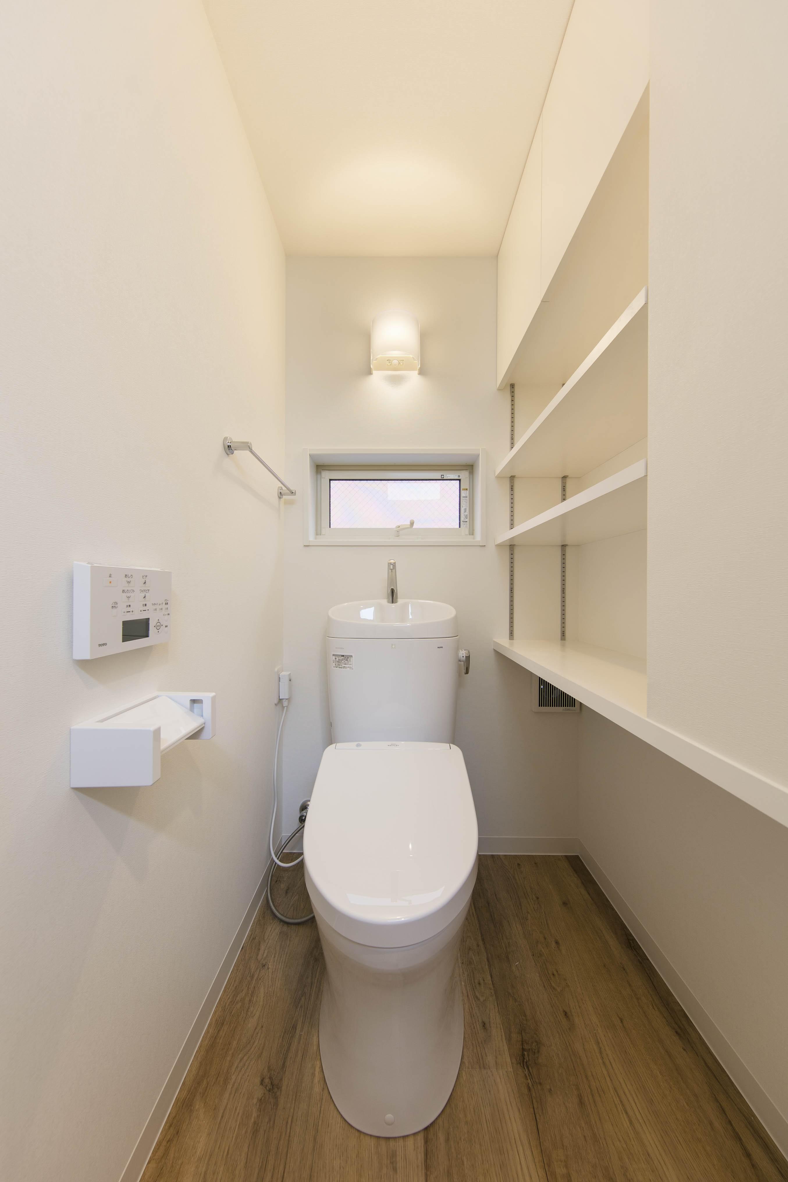 バス/トイレ事例:トイレは猫も人も一緒・猫トイレ置場のある収納たっぷりトイレ(猫と一緒に住む、都心の中庭のある「猫の集合住宅」)