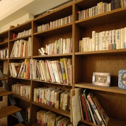 パティオのある家 (階段と書棚)