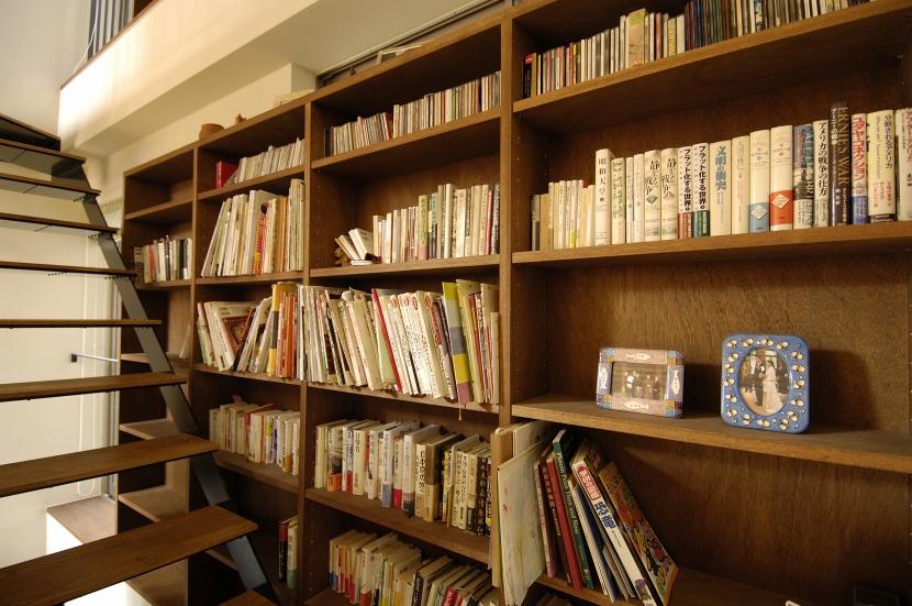 パティオのある家の写真 階段と書棚