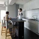 MARGIN-忙しい共働き夫婦が、あえて選んだ眺めのいい郊外の家の写真 キッチン