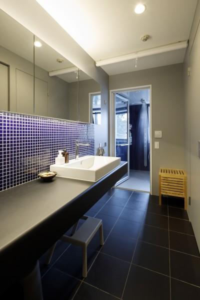 洗面所 (MARGIN-忙しい共働き夫婦が、あえて選んだ眺めのいい郊外の家)