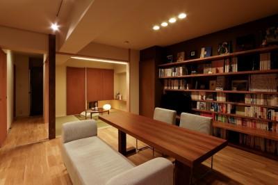 回遊性のあるワンルーム的なリビングと和室 (平屋の居心地をマンションリノベーションで)