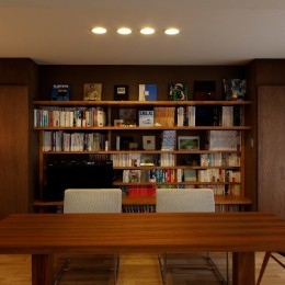 平屋の居心地をマンションリノベーションで (収納の仕方を工夫してデスクやTVボードを兼ねた魅せる本棚にデザイン)