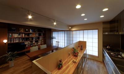 平屋の居心地をマンションリノベーションで (存在感を感じさせない食器棚で仕切るセミオープンキッチン)