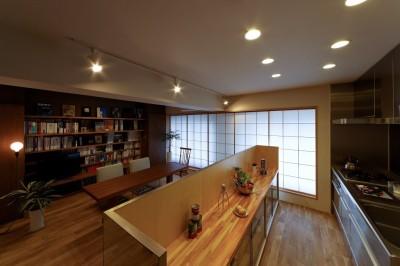 存在感を感じさせない食器棚で仕切るセミオープンキッチン (平屋の居心地をマンションリノベーションで)