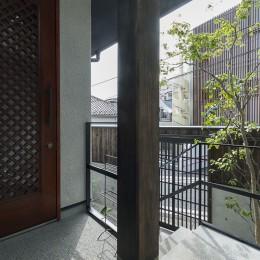 アレルギー反応を持つ子供が住むための和モダン住宅/美しい空気の家 (玄関ポーチ)