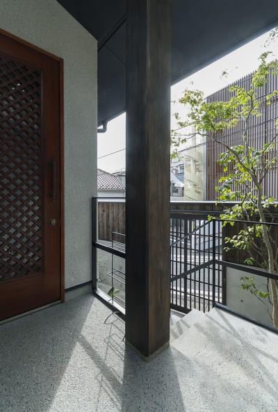 玄関ポーチ (アレルギー反応を持つ子供が住むための和モダン住宅/美しい空気の家)
