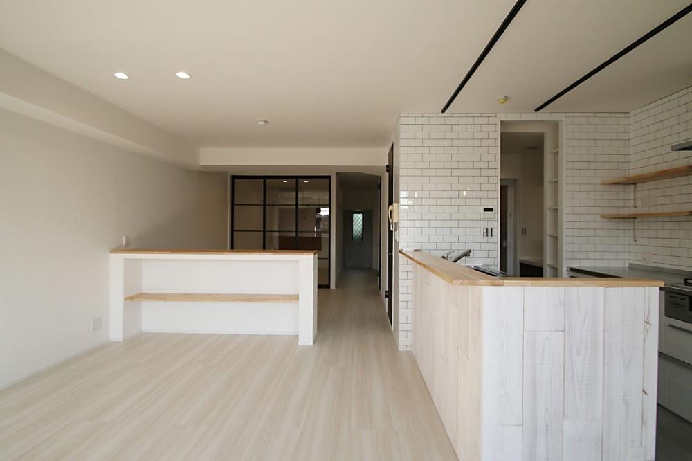 ブラックフレーム建具×足場板×タイル。ホワイトなポップ空間 (LDK)