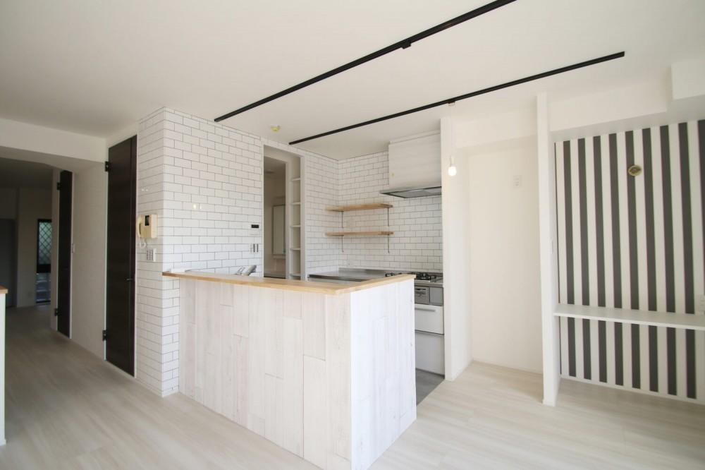 ブラックフレーム建具×足場板×タイル。ホワイトなポップ空間 (キッチン)