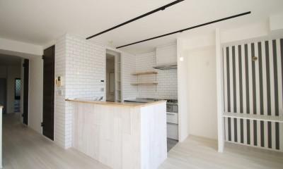 キッチン|ブラックフレーム建具×足場板×タイル。ホワイトなポップ空間