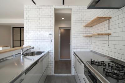 キッチン (ブラックフレーム建具×足場板×タイル。ホワイトなポップ空間)