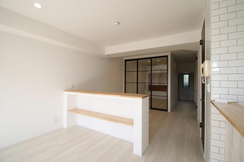 ブラックフレーム建具×足場板×タイル。ホワイトなポップ空間 (LD)