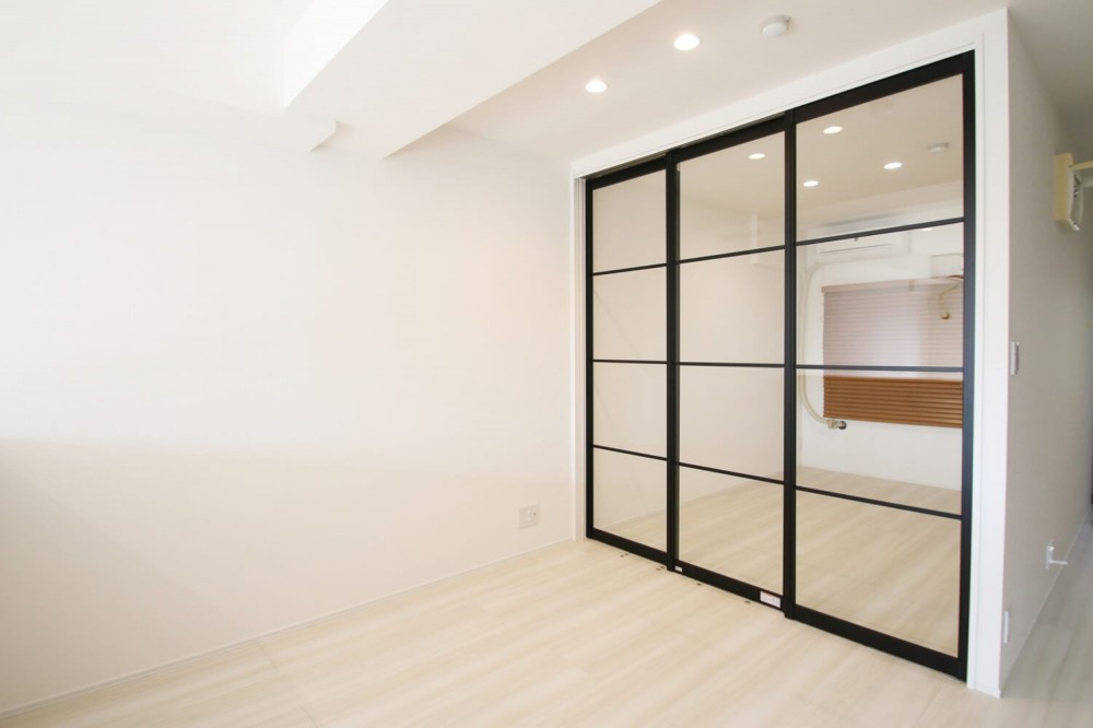 ブラックフレーム建具×足場板×タイル。ホワイトなポップ空間 (寝室)