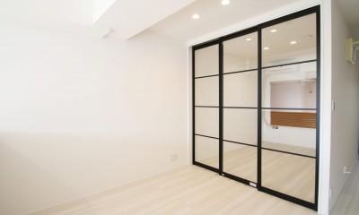 寝室|ブラックフレーム建具×足場板×タイル。ホワイトなポップ空間
