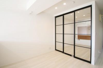 寝室 (ブラックフレーム建具×足場板×タイル。ホワイトなポップ空間)