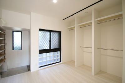 WIC (ブラックフレーム建具×足場板×タイル。ホワイトなポップ空間)