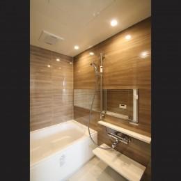 ブラックフレーム建具×足場板×タイル。ホワイトなポップ空間 (浴室)