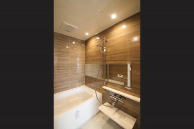 浴室 (ブラックフレーム建具×足場板×タイル。ホワイトなポップ空間)